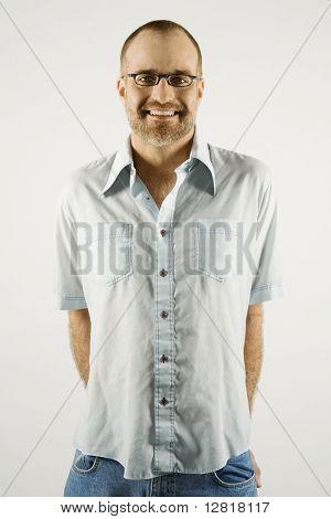 Portrait of smiling kaukasischen Mann tragen Brillen stehen vor weißem Hintergrund.