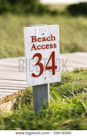 Pasarela de acceso a la playa y firmar en Bald Head Island, Carolina del norte.