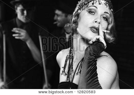 Caucasian erstklassige erwachsenen Frauen rauchen und Stand vor zwei kaukasischen erstklassige erwachsenen Männern halten