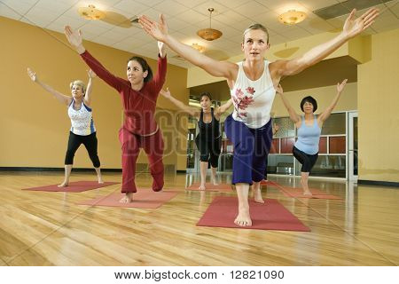 Erstklassige erwachsenen weiblichen Caucasians in Yoga-Klasse.