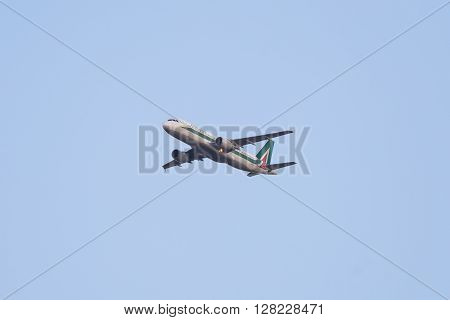 Flying Airbus 320 Aircraft, Alitalia Domestic Flight