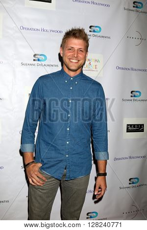 LOS ANGELES - APR 30:  Luke Barr at the Suzanne DeLaurentiis Productions Gifting Suite at the Dylan Keith Salon on April 30, 2016 in Burbank, CA