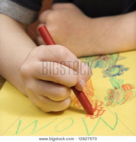 Menino caucasiano, desenho em papel amarelo com giz de cera.