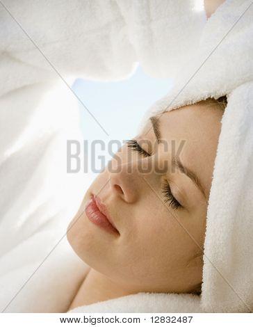 Caucasian erwachsen frau tragen Handtuch auf Kopf mit Augen geschlossen entspannend.