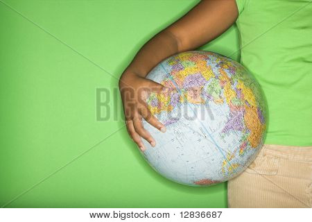 Arm des African American Girl holding Globe an Hüfte.