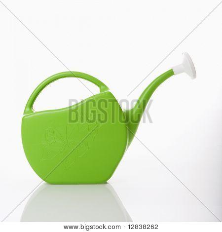 Regador plástico verde.