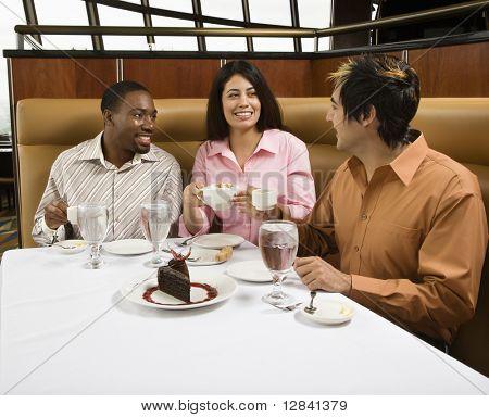 Kleine Gruppe von Mitte Erwachsene Freunde im Restaurant sprechen und mit Dessert.