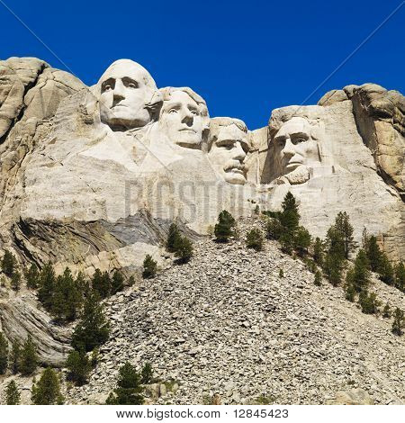 Mount Rushmore National Memorial com árvores e montanhas.