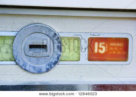 Precio de la ranura y ciento quince de la moneda en vieja máquina expendedora