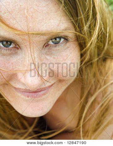 Retrato de mulher ruiva atraente olhar viewer de perto.