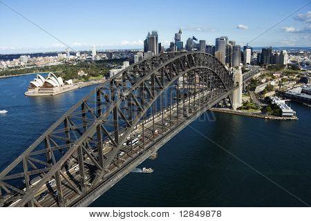 Vista aérea del puente del puerto de Sydney en Australia. Tiro horizontal.