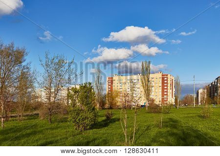 Saratov, Russia - 23 april 2016: City park among houses and the beautiful blue sky with clouds