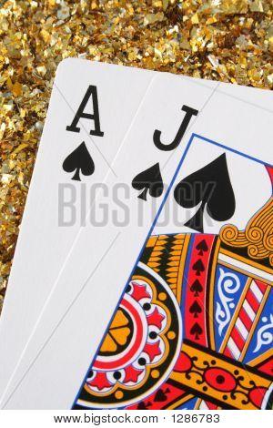 Cartas de Blackjack/pontón con un fondo de oro brillo.
