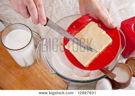 Cook Hände fügt Teig Margarine