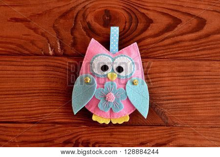 Felt owl embellishment. Felt owl toy. How to make a cute felt owl - kids DIY crafts tutorial. Wooden table