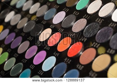 big numbered palette with diferent color shadows for eyes