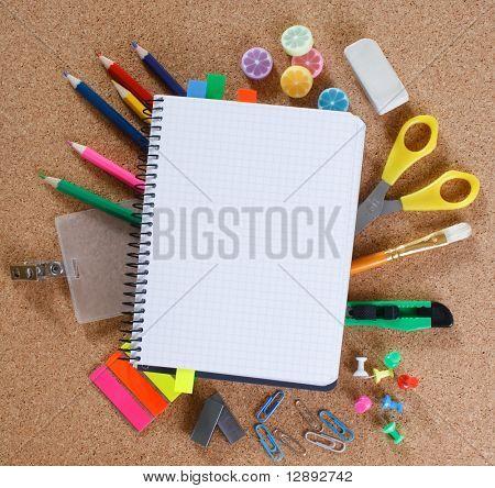 vista de las herramientas de office en tablero de corcho