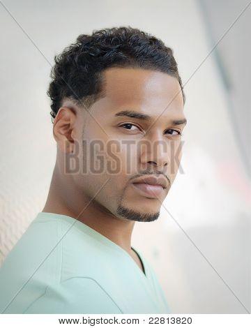 sexy junge Erwachsene Afroamerikaner Mann outside in Stadt