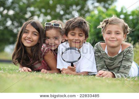 Niños con lupa en el Parque
