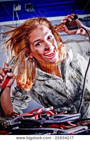 Loca mujer mecánico conseguir electrocutado en el garaje