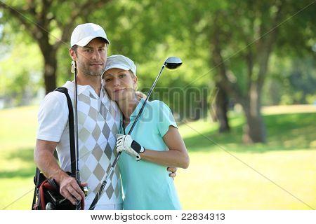Golfe par abraçando em um curso