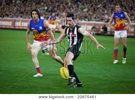 MELBOURNE - AUGUST 20 :  Collingwood's  Alan Didak (C) with the ball during their win over Brisbane - August 20, 2011 in Melbourne, Australia.