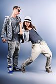 Постер, плакат: Пара молодых мужчины и женщины танцуют хип хоп в студии