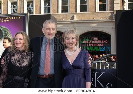 LOS ANGELES - MAY 7:  Lara Parker, David Selby, Kathryn Leigh Scott arrives at the