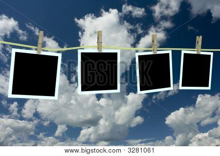 Cuatro fotos limpios colgando de una cuerda. Imagen 3D.