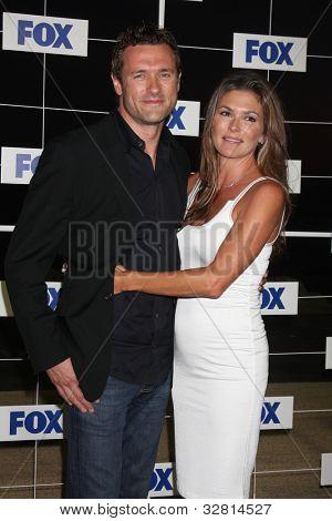 LOS ANGELES - 5 de AUG: Jason O'Mara, Paige Turco al llegar a la fiesta de FOX TCA verano 2011 en Gladsto