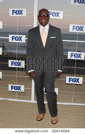 LOS ANGELES - 5 de AUG: LA Reid al llegar a la fiesta de FOX TCA verano 2011 en Gladstones el 5 de agosto, 2