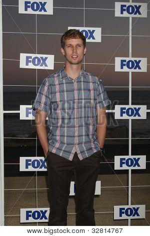 LOS ANGELES - 5 de AUG: John Heder llegando a la fiesta de FOX TCA verano 2011 en Gladstones el 5 de agosto