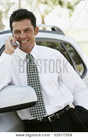 Empresário latino-americano, falando no telefone celular
