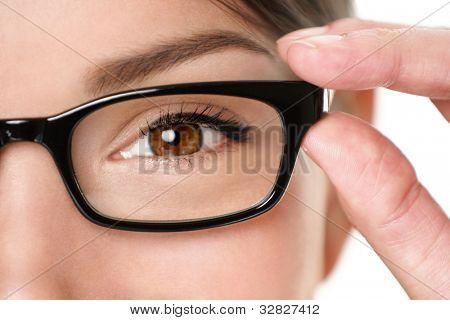 Brille Brille Closeup frau freudig holding Augen Brille Rahmen lächelnd. schöne junge gemischte Abstammung