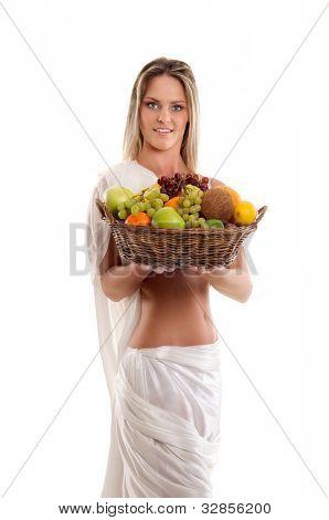 Mujer atractiva con una cesta llena de frutas
