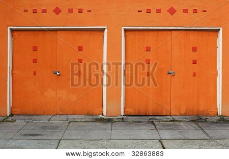paar 50er stil orange holz bemalte garagentore stockfotos stockbilder bigstock. Black Bedroom Furniture Sets. Home Design Ideas