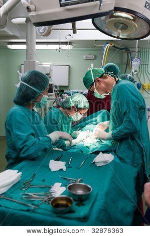 Equipe médica a realizar a cirurgia em um paciente jovem