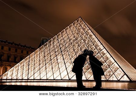 A kiss at the Louvre