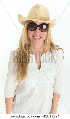 Hermosa joven con gafas de sol, sombrero de paja y caftán blanco