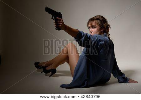 Menina despida, com um revólver