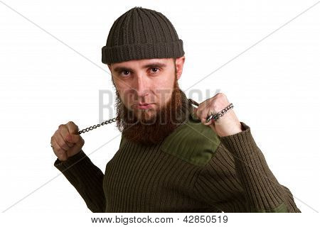 Um jovem homem com cadeia em um branco de barba