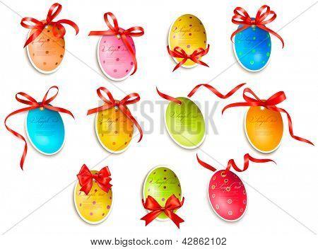 Ovos de Páscoa decorativa.Cartões de Páscoa com arco vermelho e fitas. Vector