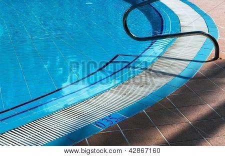 barandillas de metal escaleras piscina con reflexión