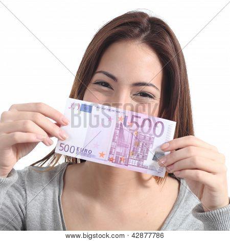 Frau zeigen eine fünfhundert-Euro-banknote