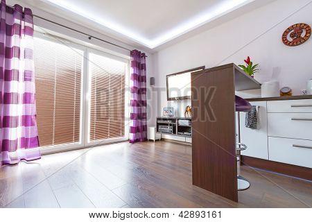 Moderne weiß Wohnzimmer Interieur mit lila Vorhänge