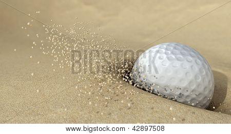 Golf Ball en acción golpear arena de Bunker
