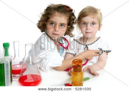 Chicas, haciéndose pasar por médico en laboratorio