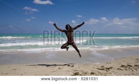 Hombre en Cuba que salta