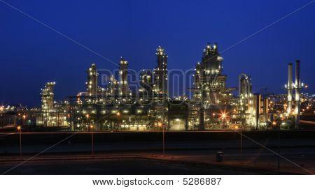 Raffinerie in der Nacht