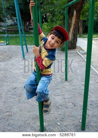 Little Boy auf den senkrechten Balken